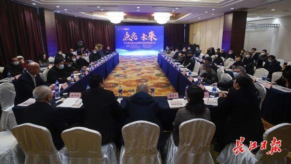 教室照明不足会影响学生的思维能力。在武汉举办了近视防治与教育装备研讨会。 第2张