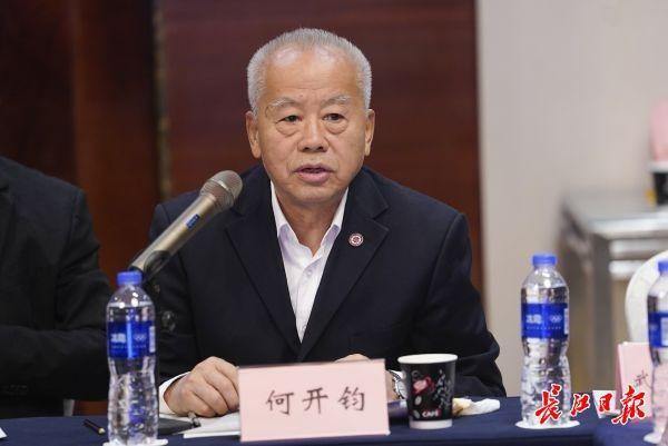 教室照明不足会影响学生的思维能力。在武汉举办了近视防治与教育装备研讨会。 第3张