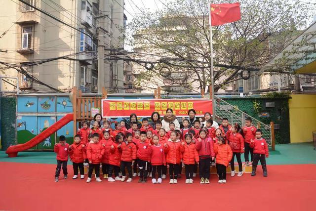 """首义路街道大东门社区和武昌大东门幼儿园开展了""""唱响时代之歌,弘扬抗疫精神""""的合唱活动。 第3张"""