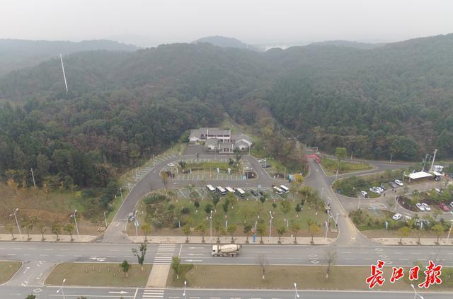 过去废弃的矿山,现在成为中国第一个自主驾驶主题景区。 第2张