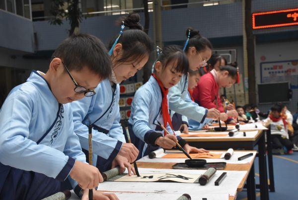 穿着汉服写二十四节气的武汉小学生,都在期待着今年的第一场冬雪。 第1张