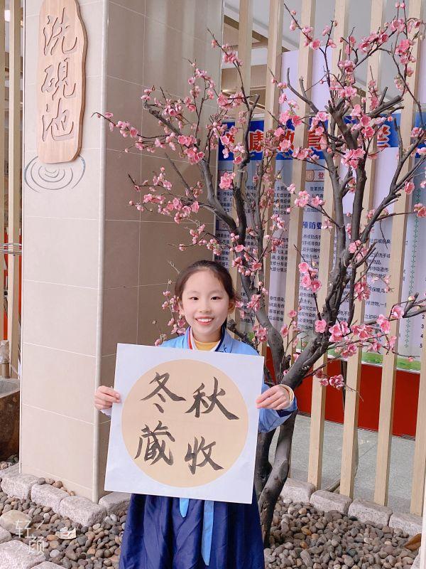 穿着汉服写二十四节气的武汉小学生,都在期待着今年的第一场冬雪。 第3张