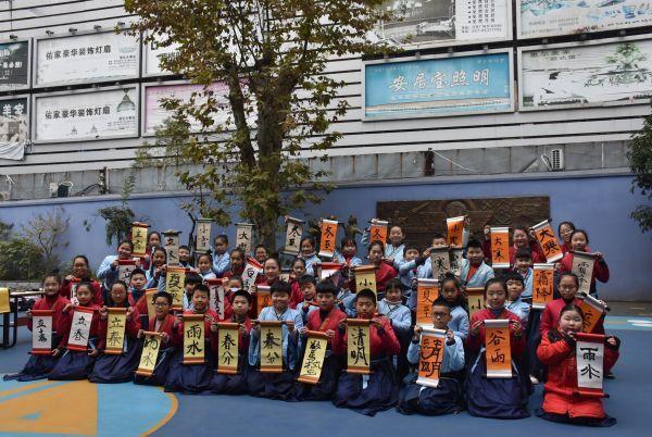 穿着汉服写二十四节气的武汉小学生,都在期待着今年的第一场冬雪。 第4张