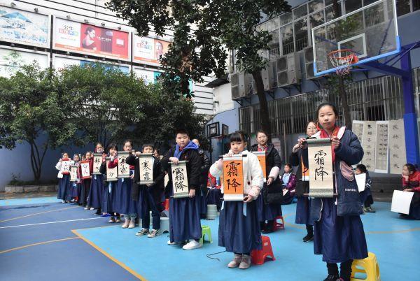 穿着汉服写二十四节气的武汉小学生,都在期待着今年的第一场冬雪。 第5张