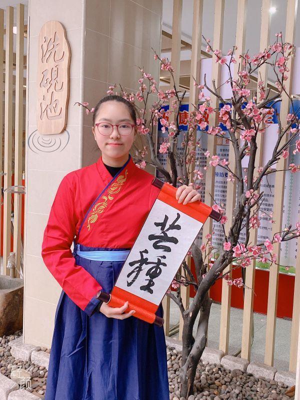 穿着汉服写二十四节气的武汉小学生,都在期待着今年的第一场冬雪。 第6张