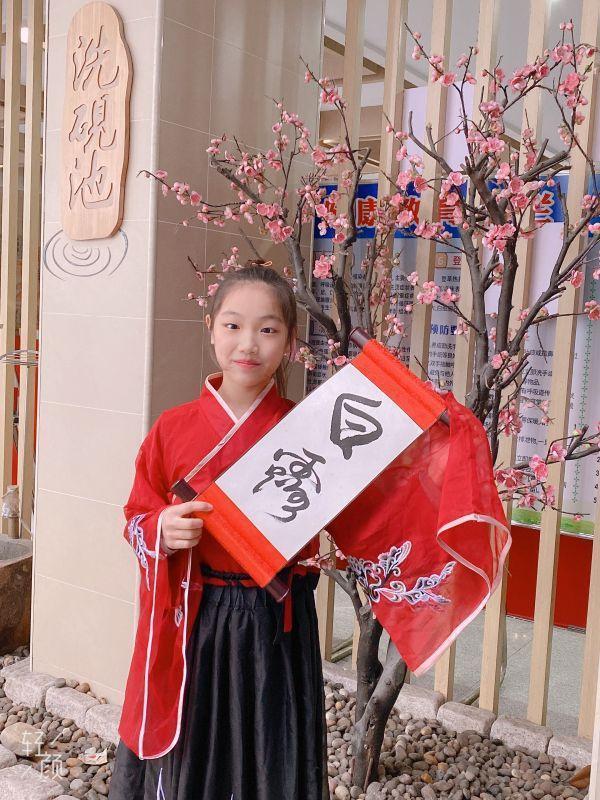 穿着汉服写二十四节气的武汉小学生,都在期待着今年的第一场冬雪。 第7张