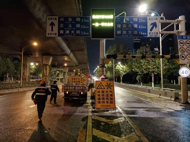 为什么第一场雪后上班的路那么干净?武汉交警连夜撒盐融雪剂105吨。 第2张