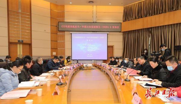 中国成年人平均每天阅读时间为19.69分钟。湖北文化蓝皮书建议营造良好的社会阅读氛围。 第1张
