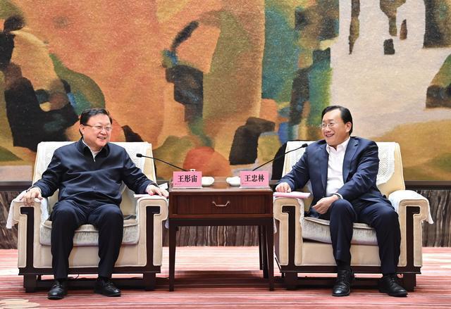 中国城乡总部经济产业园落户武汉经济开发区,王忠林与中国交通建设集团董事长王彤宙座谈。 第1张
