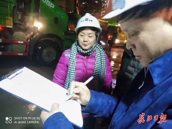 记者随行夜间调查武汉165个施工现场,发现问题 第2张