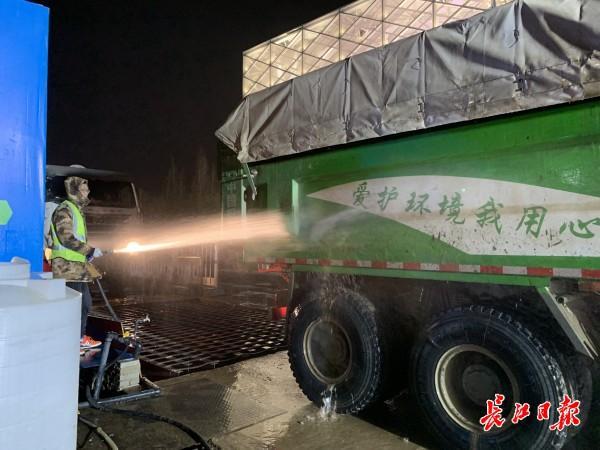 记者随行夜间调查武汉165个施工现场,发现问题 第4张