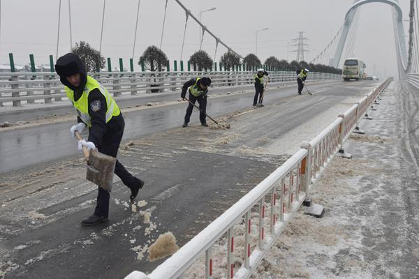 武汉交通警察发表了恶劣天气的移动注意事项,记住了降速、控制距离、亮尾 第1张