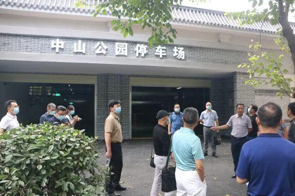 建议武汉这个中心城市增加了1万5千个停车场。 第2张