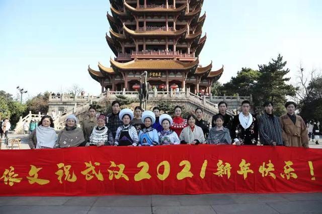 太早登高,纵览城市名片,民族艺人在武汉开始深山与城市的对话。 第1张