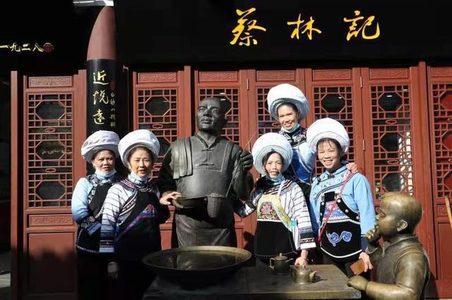 太早登高,纵览城市名片,民族艺人在武汉开始深山与城市的对话。 第3张