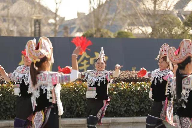 太早登高,纵览城市名片,民族艺人在武汉开始深山与城市的对话。 第2张