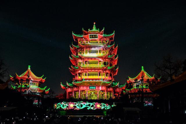 点亮江城夜黄鹤楼,展示国潮视觉盛宴。 第1张