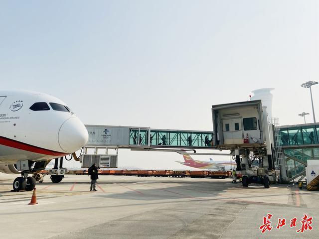 天河机场两架飞机同时起飞,晚航班减少。 第3张