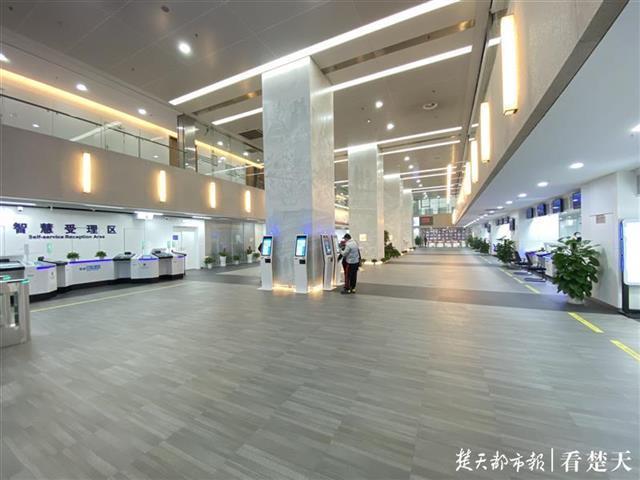 把最美的风景留给劳动人民!武汉出入境智慧服务馆疫情过后惊艳亮相。 第1张