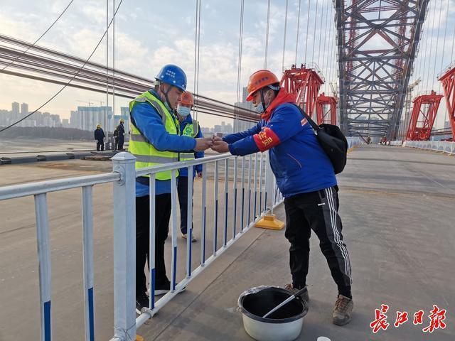 韩江海湾大桥的建造者万雨航:不穿羽绒服,每天要走2万步上下桥。 第2张