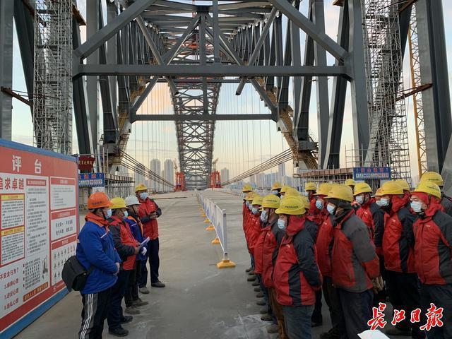 韩江海湾大桥的建造者万雨航:不穿羽绒服,每天要走2万步上下桥。 第1张