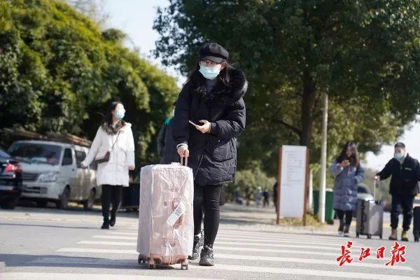武汉大学生在错峰度完寒假后安全有序离校。 第3张