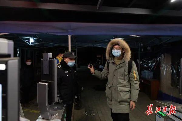 武汉大学生在错峰度完寒假后安全有序离校。 第4张