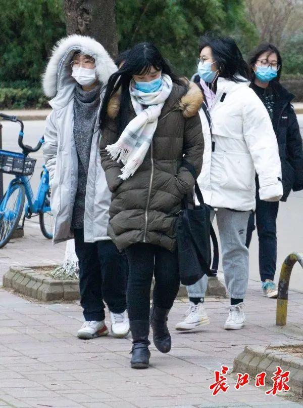 武汉大学生在错峰度完寒假后安全有序离校。 第6张