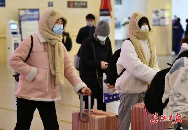 武汉大学生在错峰度完寒假后安全有序离校。 第5张