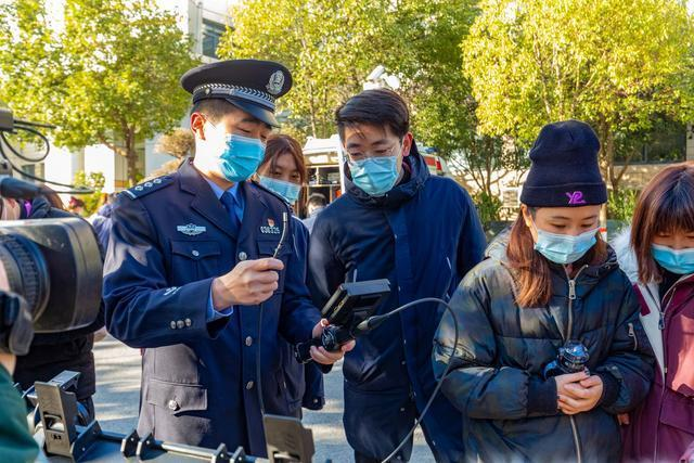 在警察日前夕,群众代表被邀请进入警察营。 第2张