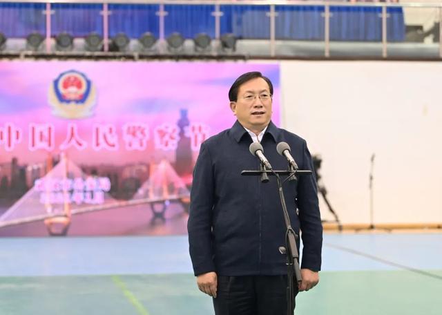 在第一个中国人民警察日之际,王忠林看望并安慰了这座城市的优秀警察。 第2张