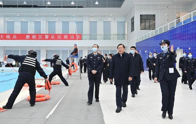 在第一个中国人民警察日之际,王忠林看望并安慰了这座城市的优秀警察。 第3张