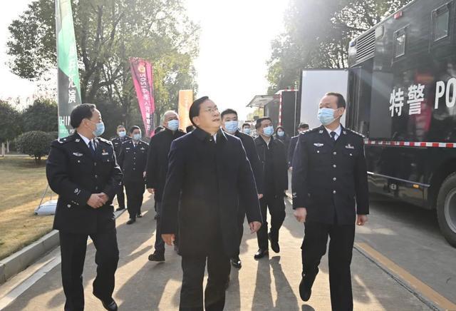 在第一个中国人民警察日之际,王忠林看望并安慰了这座城市的优秀警察。 第4张