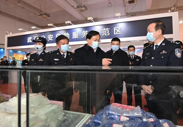 在第一个中国人民警察日之际,王忠林看望并安慰了这座城市的优秀警察。 第5张