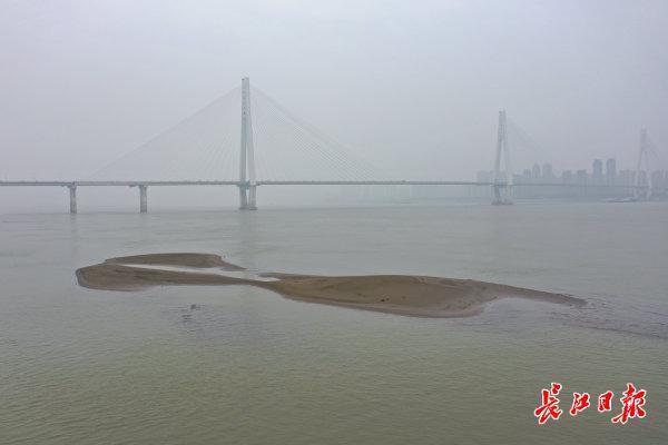 长江的底部是什么样子的?沿河沙洲上光秃秃的碉堡连绵不断。 第1张