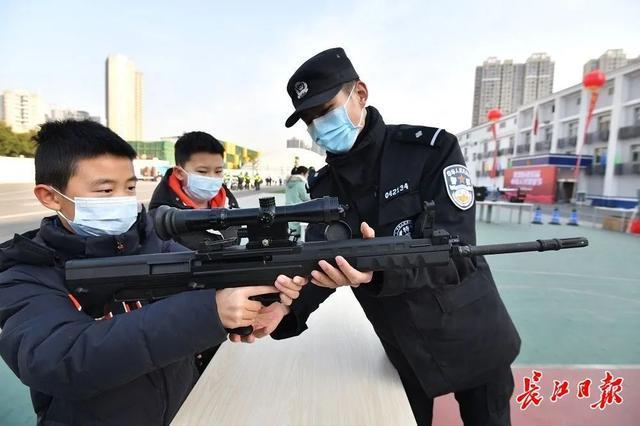 """武汉警方和人民庆祝第一个人民警察日:警察演习展览壮观,市民体验""""锐利的眼睛"""" 第4张"""