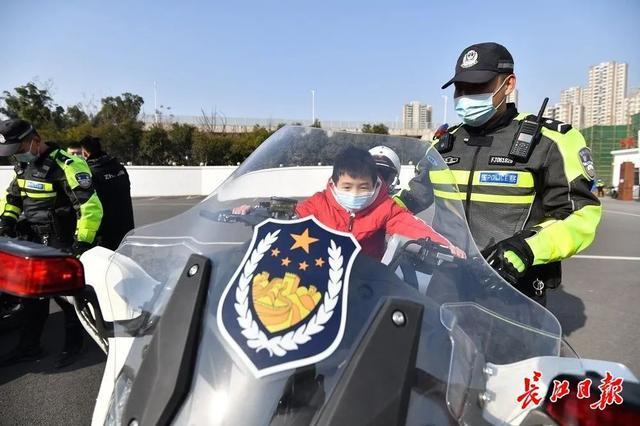 """武汉警方和人民庆祝第一个人民警察日:警察演习展览壮观,市民体验""""锐利的眼睛"""" 第5张"""