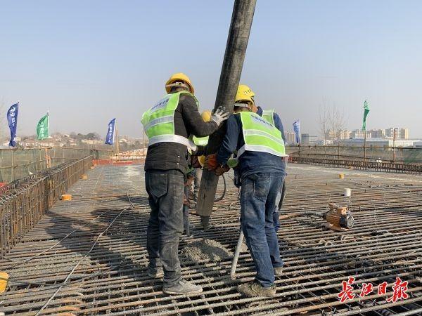 武汉江北铁路倒水河大桥最后一根连续梁合拢。 第2张