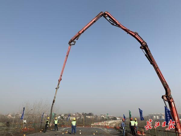 武汉江北铁路倒水河大桥最后一根连续梁合拢。 第1张