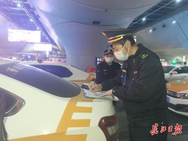 未发现计骗问题,三部门联合整治武汉站周边客运运营秩序。 第2张