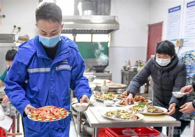 在武汉地铁工地上,留在韩过年的陕西小伙们给父亲直播了团圆饭。 第3张