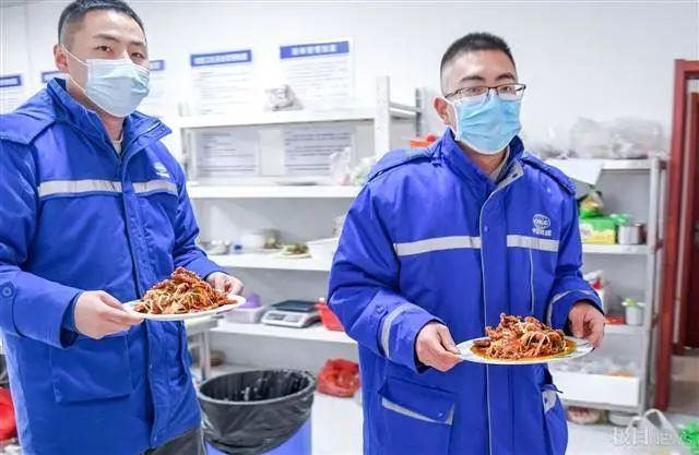 在武汉地铁工地上,留在韩过年的陕西小伙们给父亲直播了团圆饭。 第4张