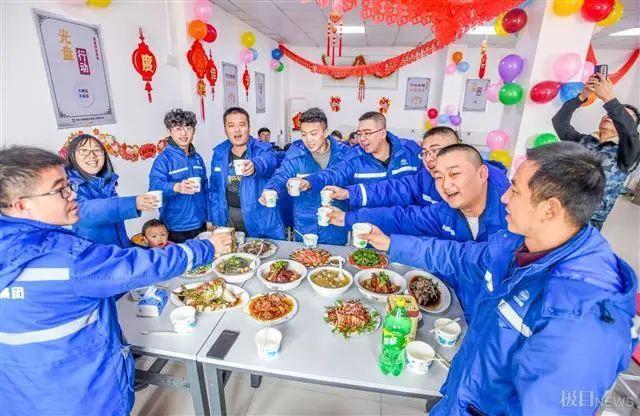 在武汉地铁工地上,留在韩过年的陕西小伙们给父亲直播了团圆饭。 第2张