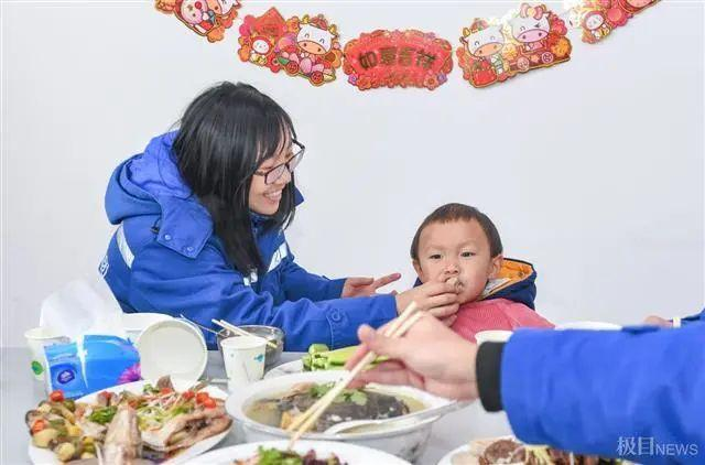 在武汉地铁工地上,留在韩过年的陕西小伙们给父亲直播了团圆饭。 第7张