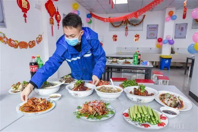 在武汉地铁工地上,留在韩过年的陕西小伙们给父亲直播了团圆饭。 第5张