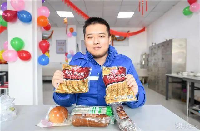在武汉地铁工地上,留在韩过年的陕西小伙们给父亲直播了团圆饭。 第6张