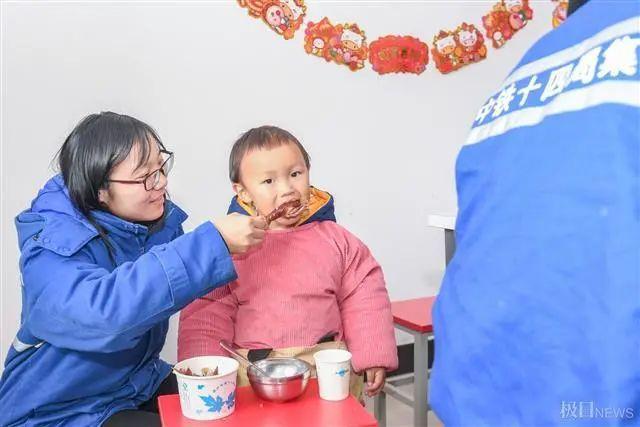 在武汉地铁工地上,留在韩过年的陕西小伙们给父亲直播了团圆饭。 第8张