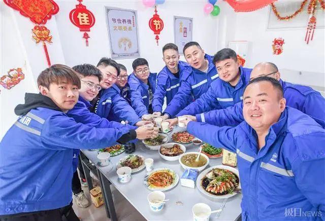 在武汉地铁工地上,留在韩过年的陕西小伙们给父亲直播了团圆饭。 第9张