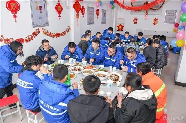 在武汉地铁工地上,留在韩过年的陕西小伙们给父亲直播了团圆饭。 第10张