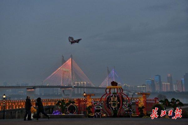 除夕之夜,武汉长江灯展将持续到凌晨2点。 第1张